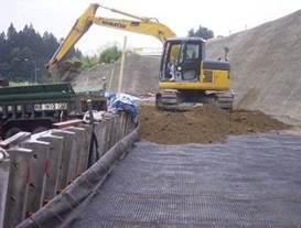 盛土材料の投入と締固め